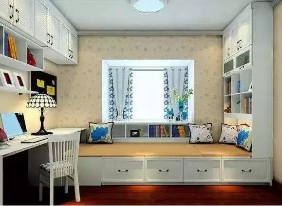 2016-06-07 榻榻米装修设计 榻榻米装修已经逐渐成为一种家装流行趋势,变成惬意生活中的一部分。榻榻米功能繁多,样式多变,无论是飘窗、客厅、书房还是卧室,只要你想,全都可以铺上榻榻米。今天为大家分享一些榻榻米的装修案例图,准备装修的不妨来参考一下。 1.书房榻榻米 书桌和榻榻米结合在一起,可以在这里安静地看书,还可以是一间舒适的客房,让人在书的怀抱中安眠。