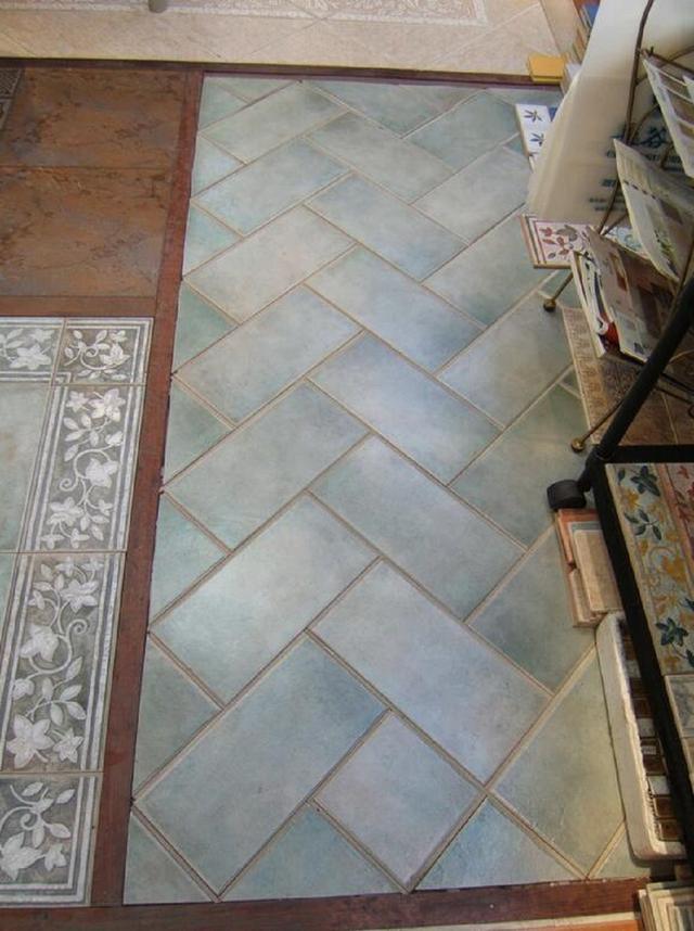第五种:组合式铺贴法 不同尺寸、款式和颜色的瓷砖,按照上面的两种或者两种以上的组合方式进行铺贴,这种贴法就是组合式贴法。这种贴法适合于欧式风格和乡村风格,铺贴方式更丰富。通常可以用颜色略深于所铺主体瓷砖的大理石或瓷砖,在地面四周围以15厘米左右的围边,铺贴效果让人感觉用材更加精致,而且更能烘托出空间气氛。组合式铺贴的配套产品还有波打线、地拼花等。波打线一般用深色的瓷砖,仿古砖也有专门配套的波打线,主要用在地面周边或者过道玄关等地方。地面花线、角花等是用瓷砖加工而成的地面装饰画,主要用在门厅、茶几或餐桌下